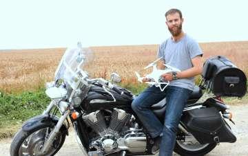Damien sa moto et son drône