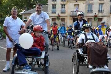 Paul (à gauche) et Michaël, son papa. Paul, 11 ans, a déjà participé l'an dernier à la cyclo-Lila. « Il adore le vélo et il fait aussi du poney à l'Étrier de Claye » a confié Michaël.