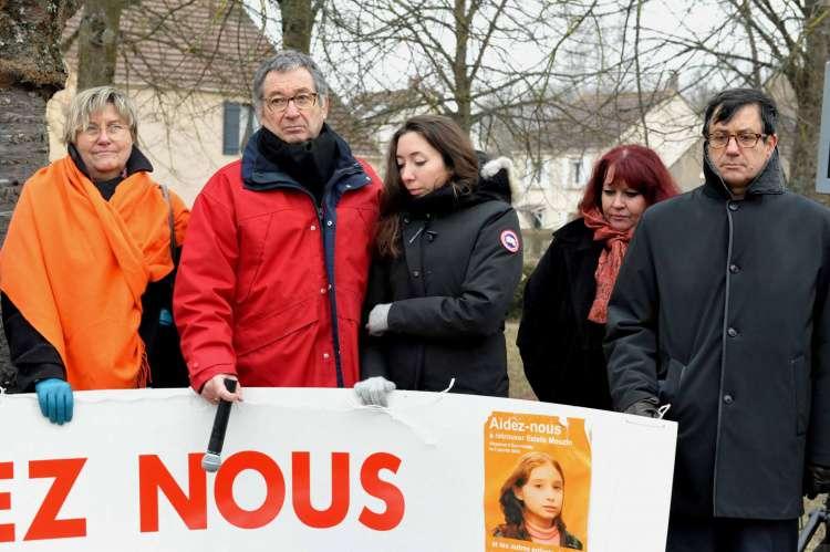 Éric Mouzin avec sa fille Lucie et les deux avocats : Corinne Hermann et Didier Seban.