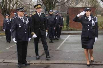 Laetitia Berkane a passé en revue ses effectifs rassemblés dans la cour du commissariat.