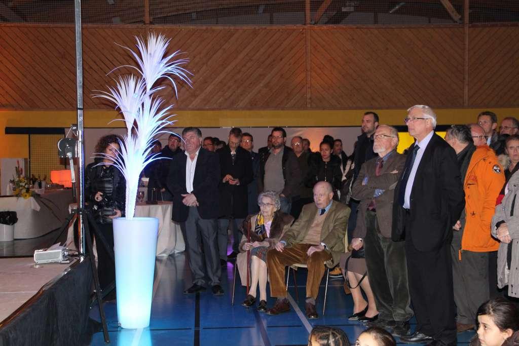 Assis, au centre, l'ancien maire de la commune, Maurice Droit