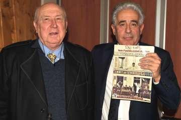 Daniel Clément et Yves Albarello tenant le livre sur les cafés anciens du canton édité par la SHCE.