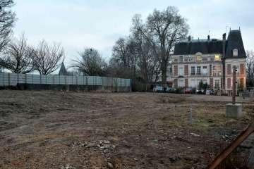 Les préfabriqués de la CPAM et du centre de loisirs ont finalement été rasés entre le gymnase des Tourelles et l'hôtel de ville.
