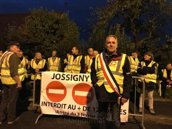 Jossigny ► Le maire et des habitants ont barré la route aux poids lourds