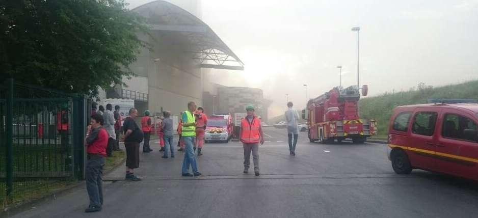 Le maire s'est rendu sur place tandis que les employés de l'usine ont été évacués.