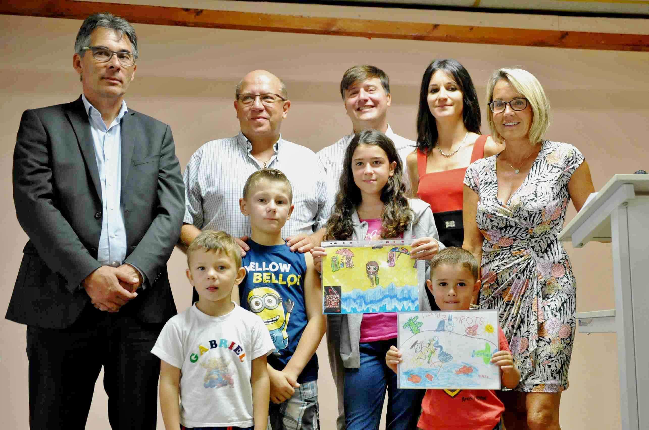 Les élus avec les lauréats des concours lancés par la commune. De gauche à droite : Gabriel et Maxence Martin, Emilie Lefour et Nael qui a passé ses vacances à Lanzarote (Canaries, Espagne).