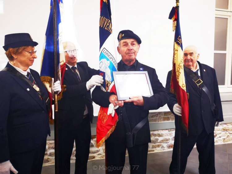 longperrier-porte-drapeau-8-mai-